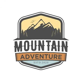 Logo della natura della montagna rocciosa all'aperto - avventura foresta di pini selvatici design foresta, escursioni esplorazione natura, campeggio basecamp falò alpino himalaya.