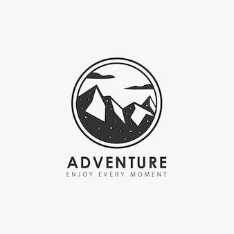 Logo di avventura con montagna