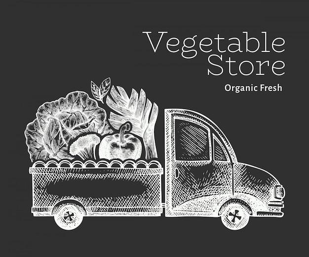Logo di consegna negozio di verdure verdi. camion disegnato a mano con l'illustrazione delle verdure. design retrò in stile inciso.