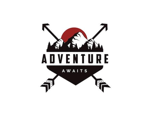Logo distintivo di viaggio avventura all'aperto con modello di illustrazioni di sole, montagne e pini