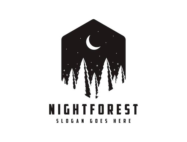 Logo distintivo di viaggio avventura all'aperto con sole, scena notturna e pineta