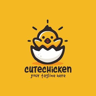 Logo sveglio della mascotte dell'illustrazione del fumetto del piccolo pollo