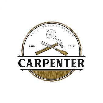 Logo vintage carpentiere con martello e scalpello
