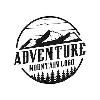 Logo vintage con esterno con elementi di montagna