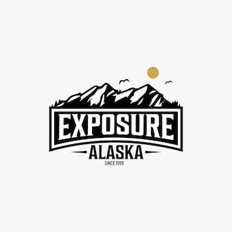 Logo vintage con texture dello stato dell'alaska