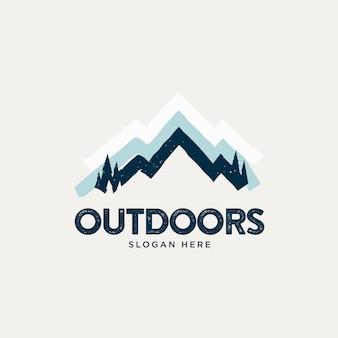 Logo vintage semplice montagna innevata