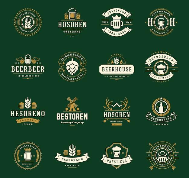 Logos e distintivi della birra del mestiere dell'annata con i barilotti con il vettore di simboli delle tazze di vetro di birra