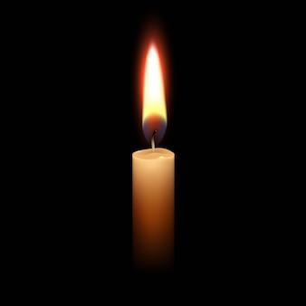 Luce del fuoco della fiamma di candela isolata sul nero.
