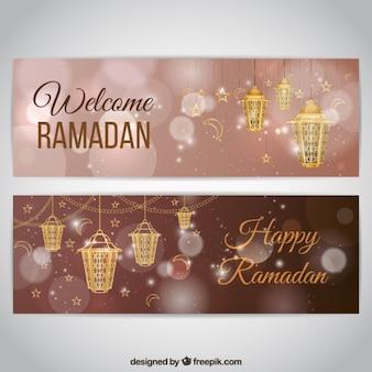 Luminose striscioni bokeh ramadan con lanterne dorate