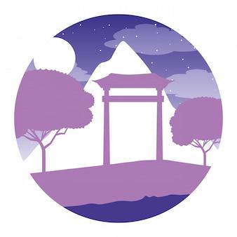 Luna di notte giapponese degli alberi della montagna del portone