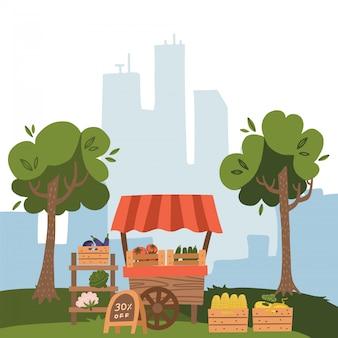 Luogo di stallo del mercato locale con cibi freschi. coltivi la frutta e la verdura sul fondo di vista della città con gli alberi, illustrazione piana di stile del fumetto.