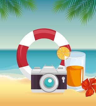 Macchina fotografica, salvagente e cocktail su spiaggia paesaggio sfondo con fiori tropicali e leaver. vect