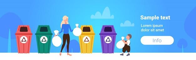 Madre con bambino mettendo i sacchetti di immondizia in diversi tipi di contenitori per la raccolta differenziata gestione differenziata gestione pulizia servizio concetto schizzo orizzontale lunghezza spazio copia