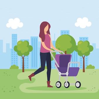Madre con carrello bambino nel parco