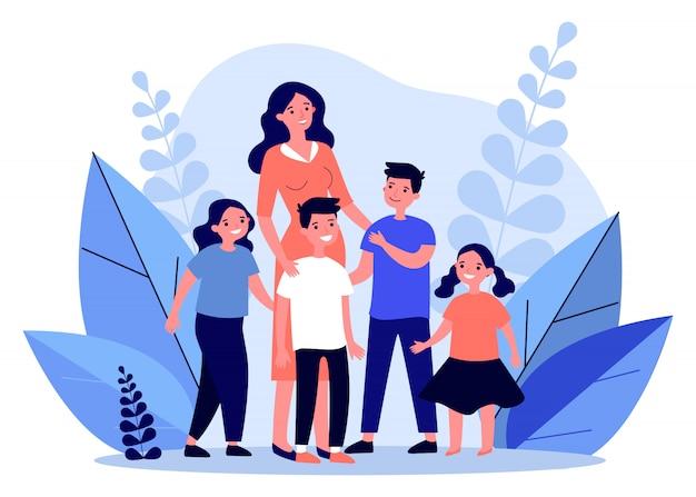 Madre felice che cammina con diversi bambini