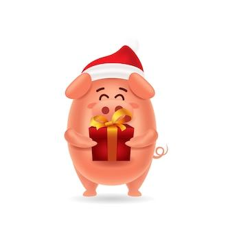 Maiale sveglio con la protezione rossa che trasporta un contenitore di regalo per natale con isolato