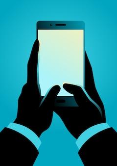 Man mano che tiene smartphone