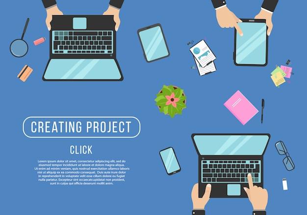 Mani che digitano testo sulla tastiera del computer. programmazione del programmatore sul computer portatile. organizzazione del posto di lavoro realistico. vista dall'alto con tavolo, laptop, occhiali, tablet, calcolatrice, blocco note e caffè. illustrazione