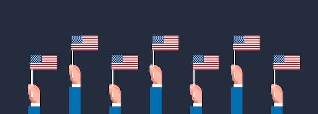 Mani che tengono la bandiera delle bandiere americane