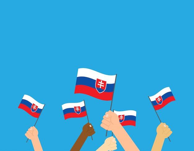 Mani che tengono le bandiere della slovacchia