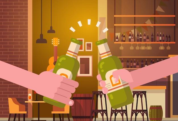 Mani che tintinnano la gente della birra nel concetto incoraggiante di festival di celebrazione del partito del ristorante della barra o del pub