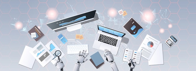 Mani di robot utilizzando dispositivi digitali alla scrivania di lavoro