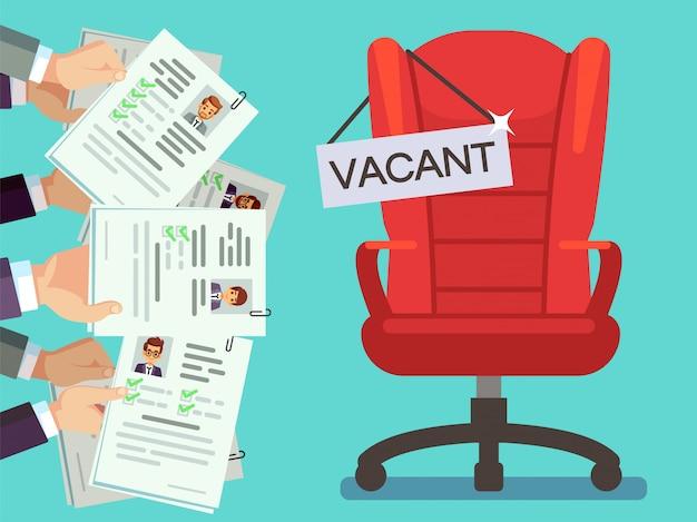 Mani in possesso di moduli cv e sedia da ufficio con piastra vacante