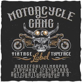 Manifesto del carattere tipografico dell'etichetta della banda del motociclo con il cranio all'illustrazione delle bici e del casco