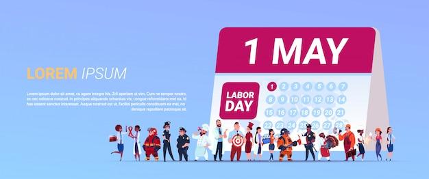 Manifesto di festa del lavoro con il gruppo di persone del calendario stazionario di diverse occupazioni con la data di 1 maggio