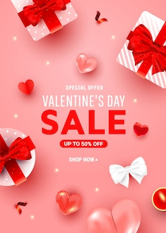 Manifesto di saluto di sconto di san valentino con scatole a sorpresa, decorazioni ariose a cuore di elio, candela su un rosa.