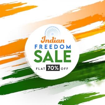 Manifesto di vendita di libertà indiana con offerta di sconto del 70% su sfondo effetto mezzetinte tratto pennello tricolore.