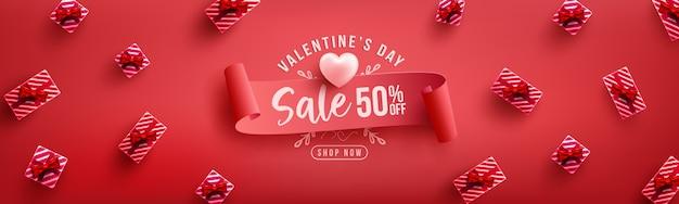 Manifesto o insegna di vendita di san valentino con il regalo dolce su rosso modello di promozione e di acquisto o per amore e san valentino