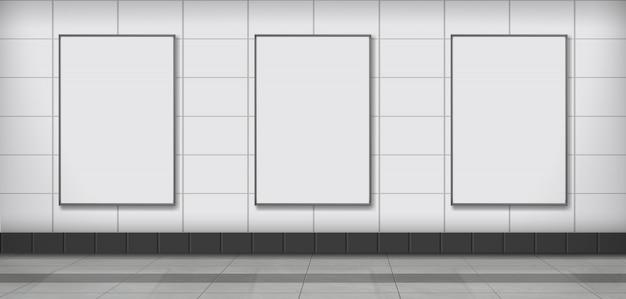 Manifesto pubblicitario in bianco che appende nella parete in metropolitana