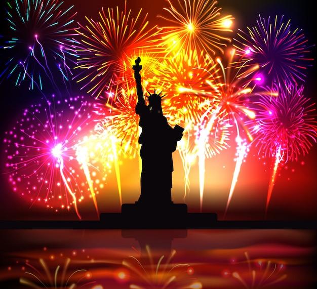 Manifesto variopinto di festa dell'indipendenza con la siluetta della statua della libertà sull'illustrazione realistica dei fuochi d'artificio festivi luminosi