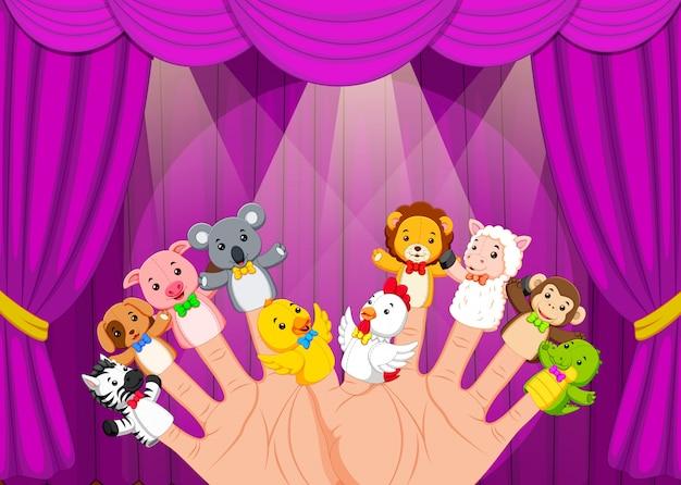 Mano che indossa 10 marionette da dito sul palco