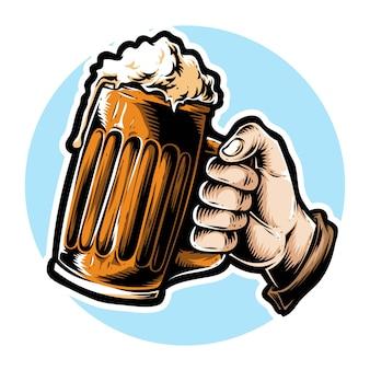 Mano che tiene la birra