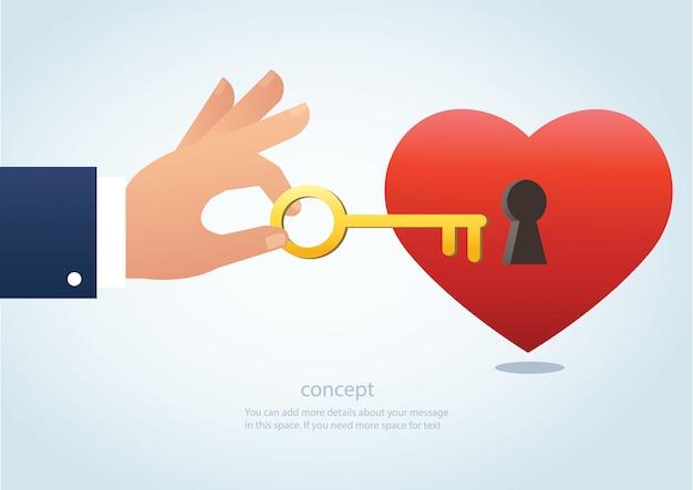 Mano che tiene la chiave grande con il buco della serratura sul cuore