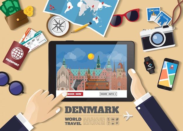 Mano che tiene la destinazione di viaggio di prenotazione di smart tablet. luoghi famosi di contrassegno