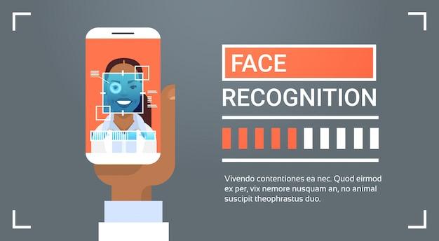 Mano che tiene smart phone scansione african american femminile iris face recognition tecnologia banner biome