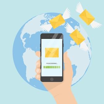 Mano che tiene un telefono cellulare sullo sfondo della terra. lettere con icone di ali, messaggi di volo. invio di sms, e-mail, messaggi, e-mail.
