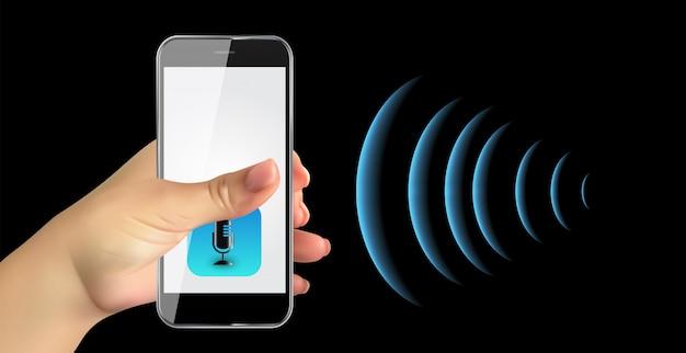 Mano con cellulare con pulsante microfono e tecnologie intelligenti