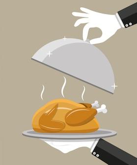 Mano da cameriere con cloche d'argento e pollo arrosto