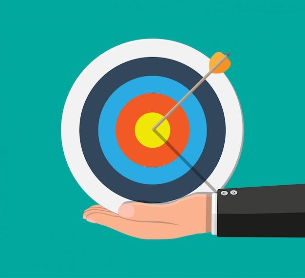 Mano dell'uomo d'affari che indica la freccia dall'obiettivo