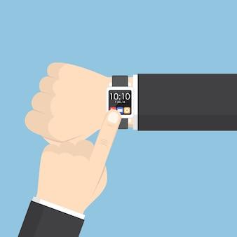 Mano dell'uomo d'affari facendo uso dello smartwatch sul suo polso