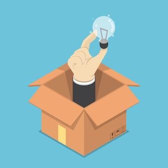 Mano isometrica che tiene lampadina dell'idea che attacca fuori dalla scatola