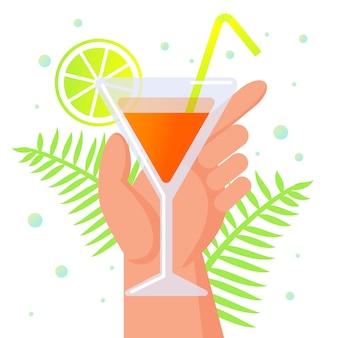 Mano umana che tiene vetro con cocktail, estate