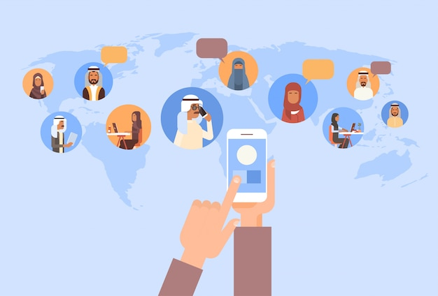 Mano utilizzando cellulare smart phone, persone musulmane chat media comunicazione social network uomini arabi e wo