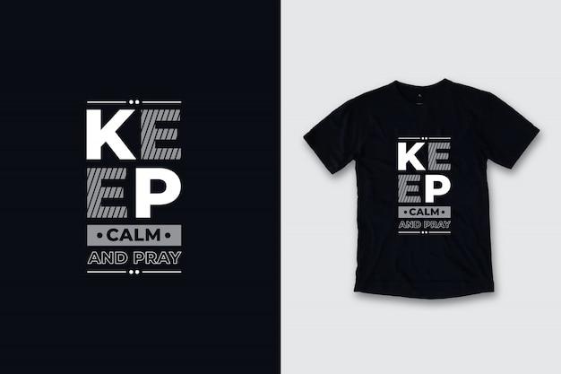 Mantieni la calma e prega il design moderno della maglietta tra virgolette