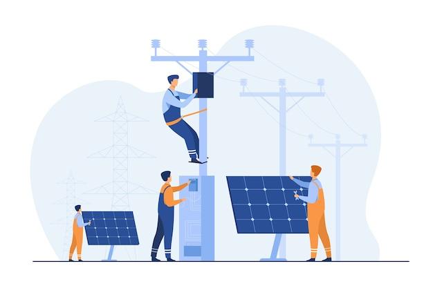 Manutenzione centrale solare. operai che riparano impianti elettrici, scatole su torri sotto linee elettriche. per il funzionamento della rete elettrica, il servizio urbano, i temi delle energie rinnovabili