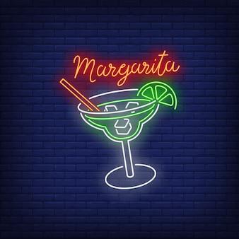 Margarita testo al neon, bicchiere da bere, paglia, cubetti di ghiaccio e lime